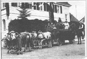 30er-jahre-festwagen-vor-dem-gasthaus-herzog-karl